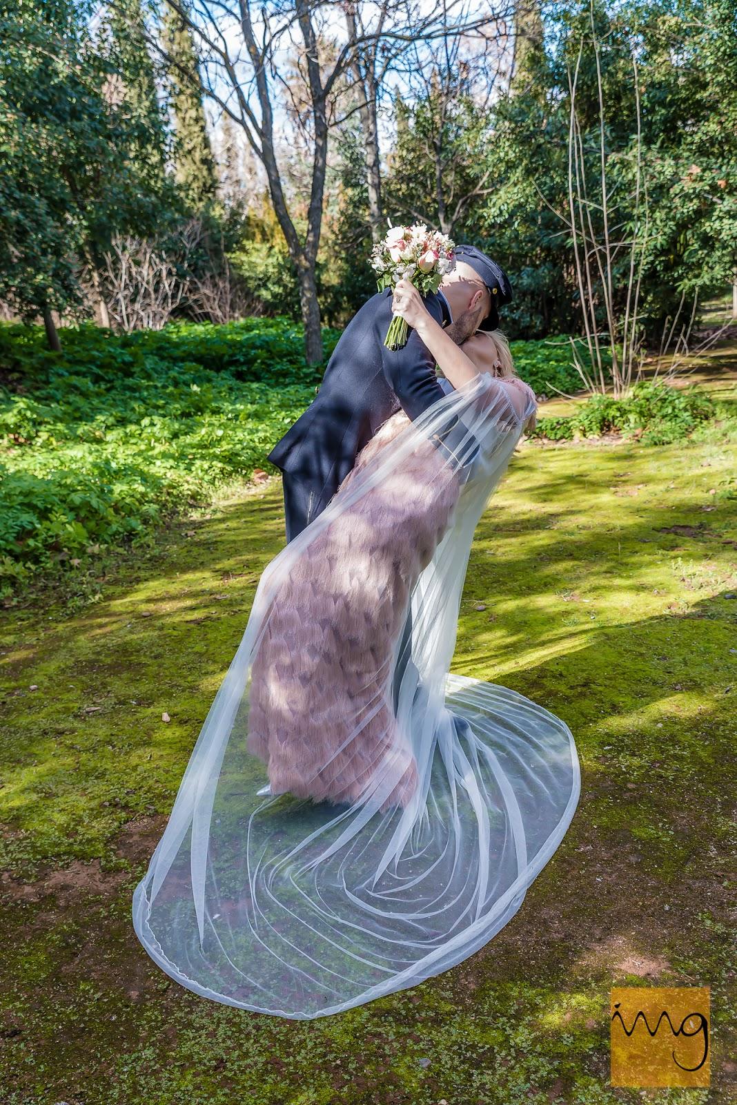 Fotografía de boda. Beso romántico en el bosque del Carmen de los Mártires.