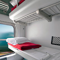 kuşetli bir tren vagonu kompartımanındaki açılan yataklar