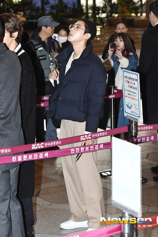 Yunho havaalanında rahat bir tarz seçti