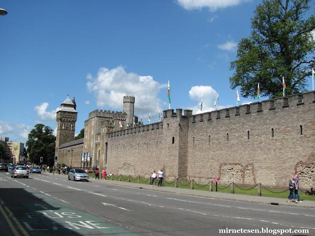 Кардиффский замок - стены и башня с часами