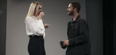 A personagem de Monica Iozzi levará Téo (Rainer Cadete) para trabalhar com ela no exterior