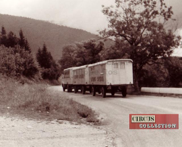 deux roulottes et un camion du Grand Cirque de France sur une route de campagne