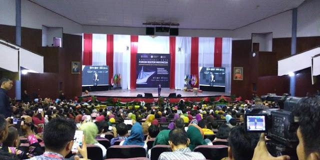 Hadir di Forum Rektor Indonesia, Jokowi salah kostum