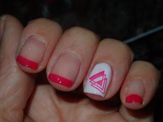 manicura rosa y blanca estampada