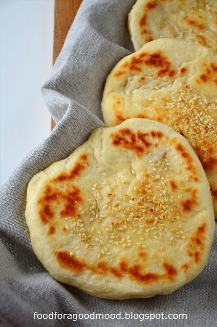 Chlebki naan to wspaniały, ciepły dodatek do orientalnych potraw typu curry. Oryginalnie powstają na zakwasie i pieczone są w specjalnym piecu. Ale można je też nadziewać, np. mięsem i warzywami. Możliwości jest wiele, dlatego warto przygotować je w domu :)