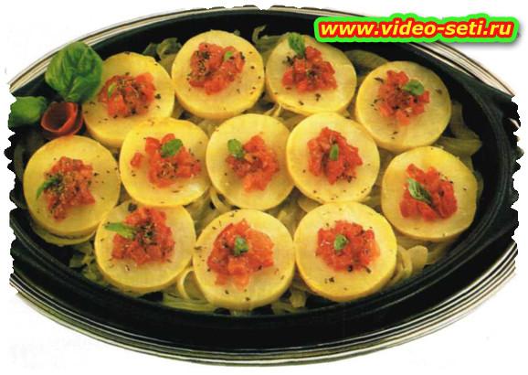 Tegame di patate, cipolle e pomodori secchi