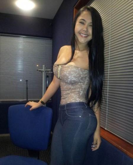 Chica muestra grandes tetas en el chat 5