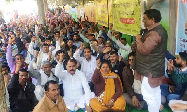 The dharna continued for the sixth day on the resumption of the jobs of the employees who were evacuated from the municipal corporation.