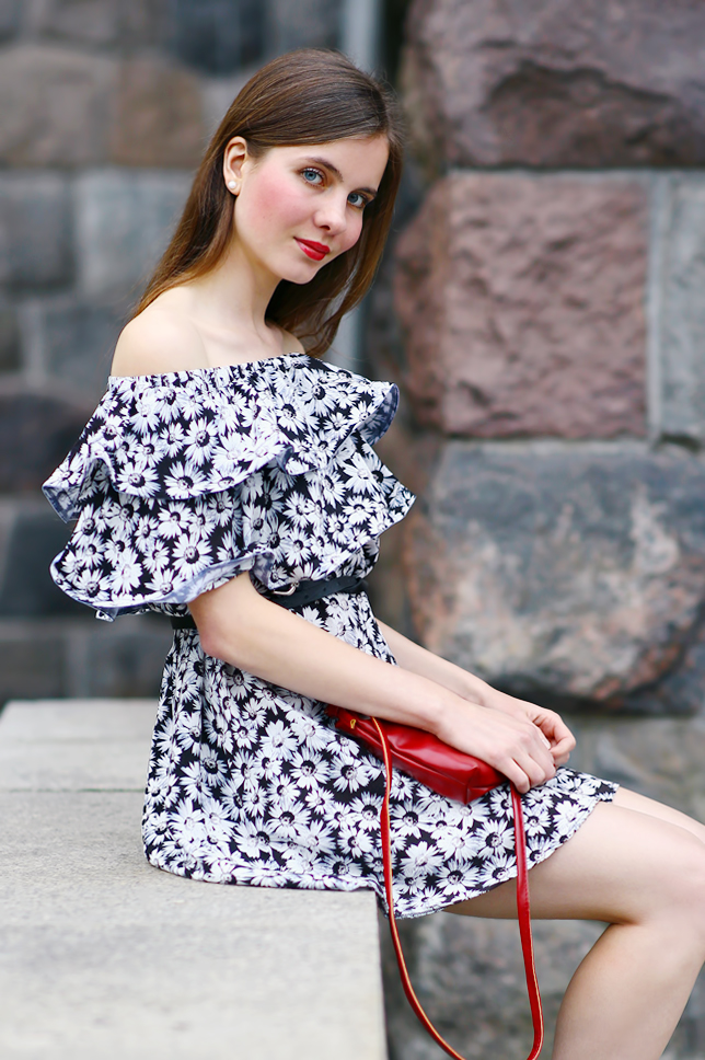 sukienka w kwiaty odsłaniająca ramiona stylizacja
