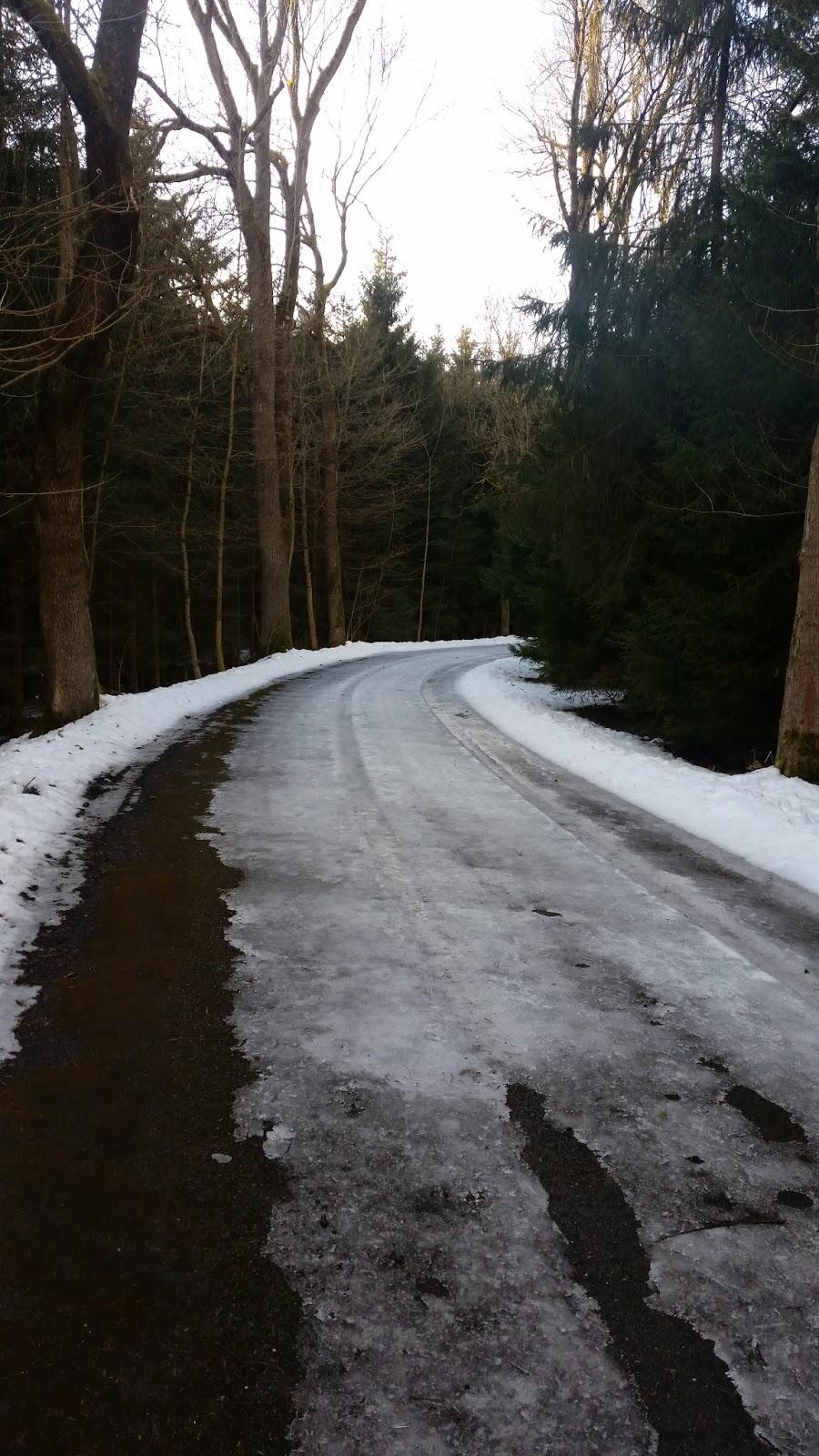 Laufen auf gefrorenem Boden im Winter