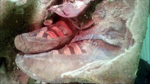 Arqueólogos hallan momia de 1.500 años en Mongolia vistiendo zapatillas Adidas