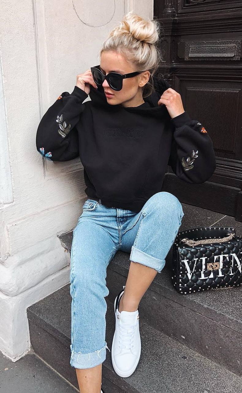 comfy outfit idea for this season : black embroidered sweashirt + jeans + bag + sneakers