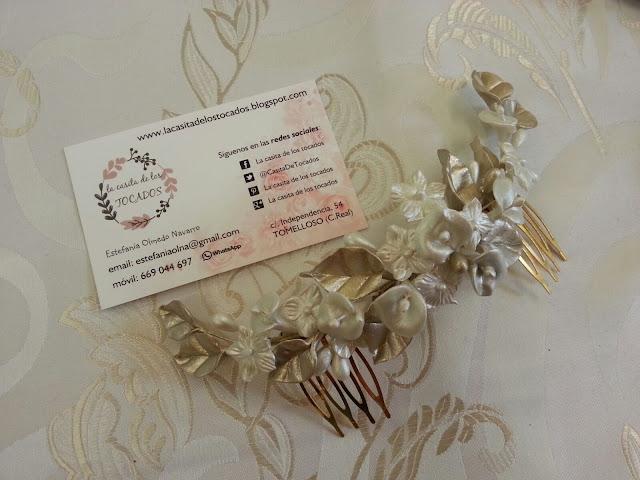 peineta para novia estilo romántico con hojas y flores artesanales en blanco y champagne