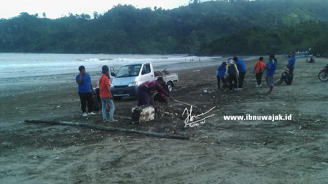 Tim Kebersihan Pantai Gemah