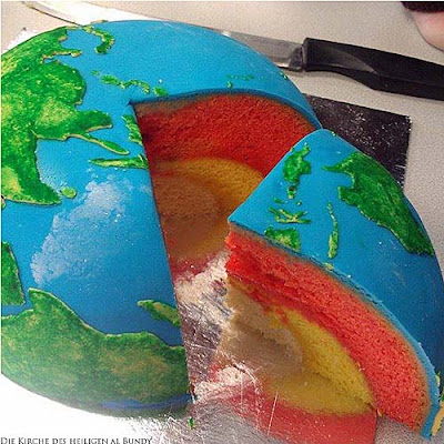 Bunter Kuchen in Form von Erdball