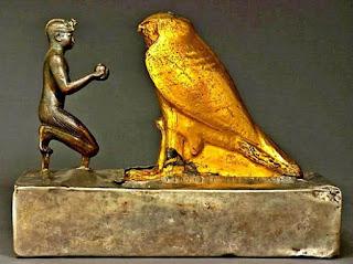 شرح تمثال الملك طهرقا والصقر الخشبي المغطى بالذهب