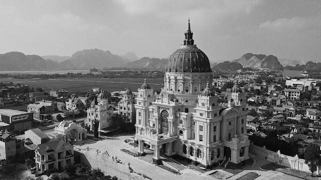 Hình chụp trắng đen lâu đài thành thắng ninh bình