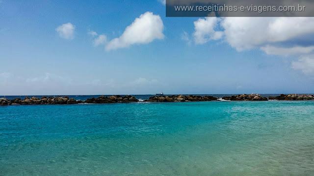 Curaçao, praia de azul cristalino com quebra mar