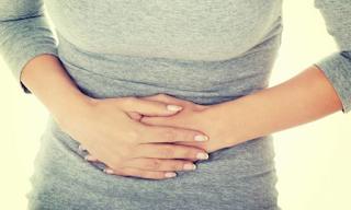 Πόνος στην κοιλιά όταν την πιέζετε με το χέρι – Αιτίες για κάθε σημείο που πονάτε