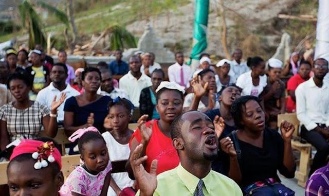 Com igrejas devastadas, cristãos do Haiti louvam a céu aberto