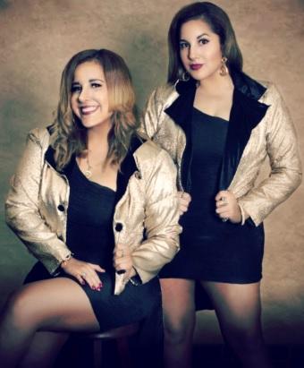 Foto de las gemelas Andrea e Irene Ramos posando para fans