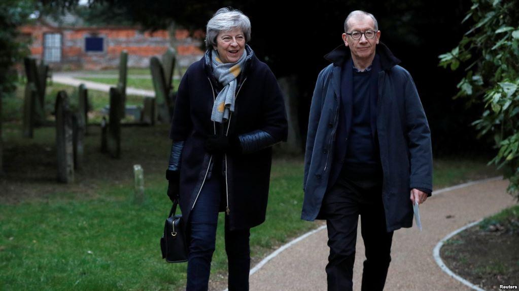 May y su esposo Phillip salen de la iglesia en Sonning, Gran Bretaña / REUTERS