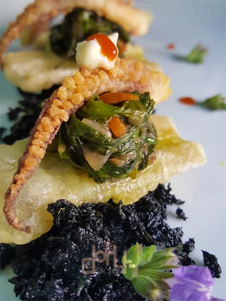 Tierra de coliflor, pencas de acelga en tempua, raba de calamar
