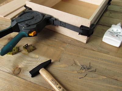 Bau eines Wandregals mit Hilfe eines Rahmenspanners