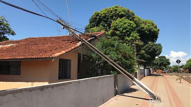 Plantão catugi-CARRETA DERRUBA POSTE PERTO DA ESCOLA CASTELO BRANCO EM BORRAZÓPOLIS