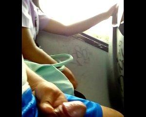 นั่งชักว่าวให้สาวดูบนรถเมล์ โรคจิตแท้ๆสงสารน้องผู้หญิงที่นั่งข้างๆ
