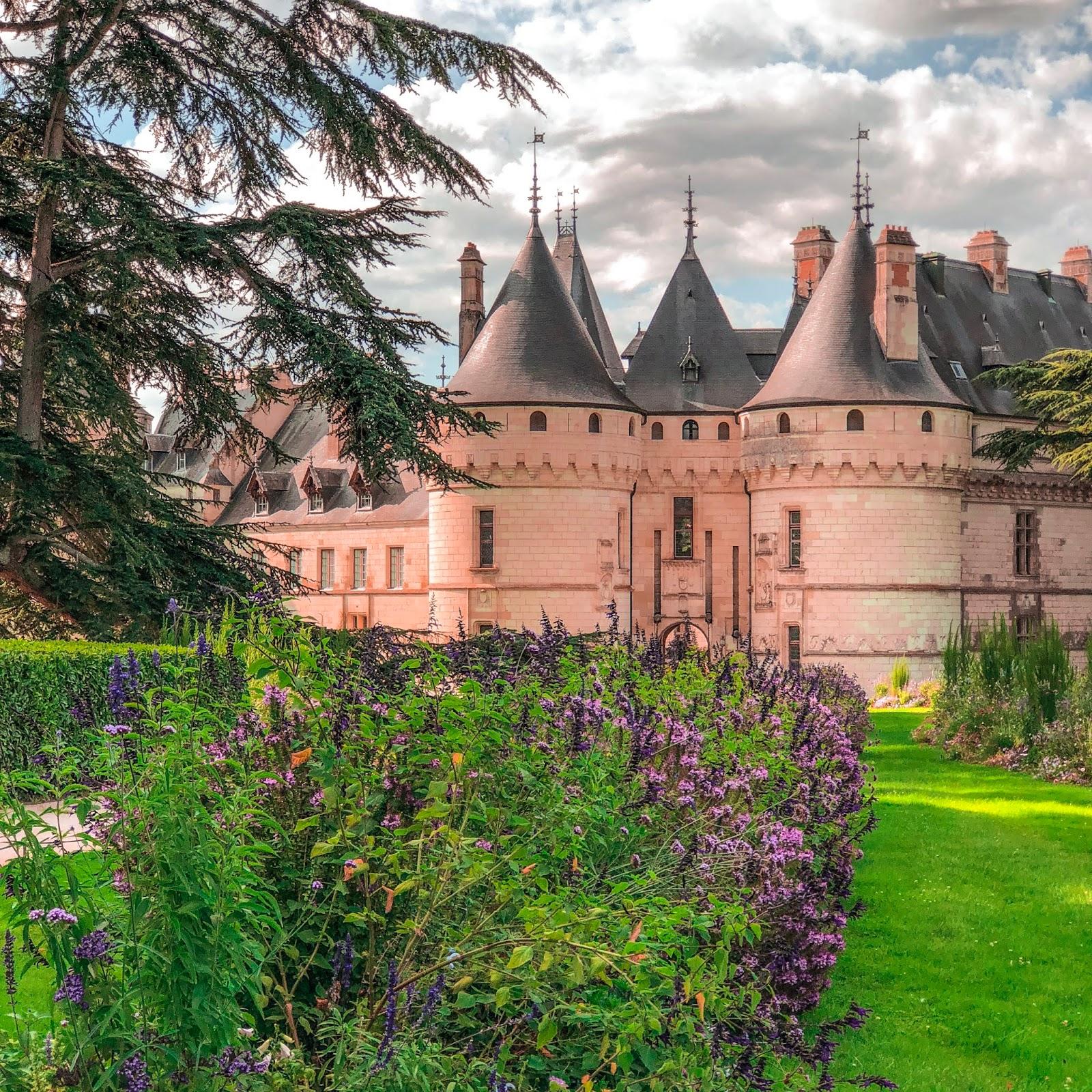 The New Blacck - Orléans - Blog - Chaumont sur Loire - Extérieur - allée fleurie