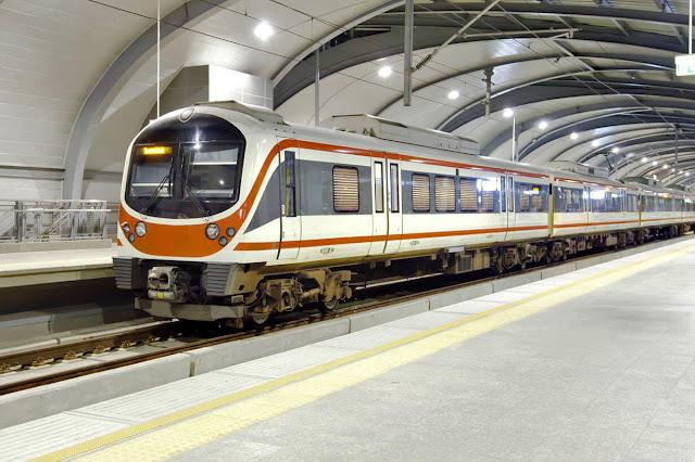 Là tuyến tàu điện trên không nối liền sân bay Suvarnabhumi và trung tâm Bangkok. Trên tuyến này có 2 loại dịch vụ: tuyến tốc hành (Express line) và tuyến tàu thường Bangkok (City line). Giá vé khởi hành là 45 bath (khoảng 30.000 đồng). Mỗi tiếng sẽ có một chuyến Express và 15 phút có một chuyến tàu thường. Bạn có thể đến tầng hầm của sân bay để hỏi thêm thông tin cho chuyến tàu điện này.