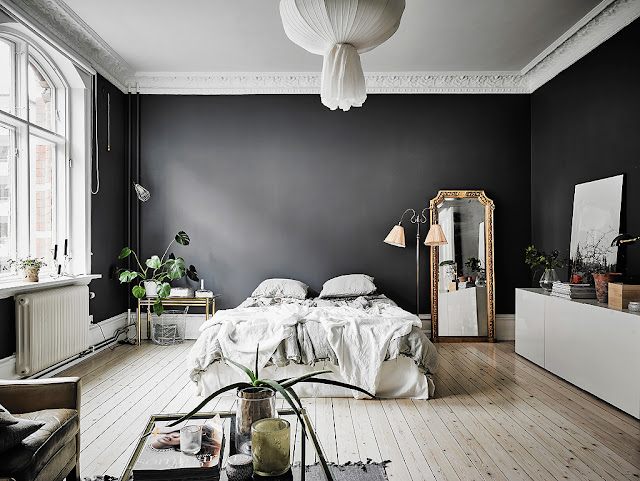 Appartamento senza tempo con pareti scure e carta da for Parati classici