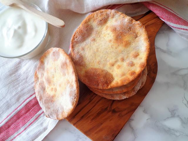 Z cyklu: Domowe pieczywo - Arabskie chlebki z jogurtem, bez drożdży (Pane azzimo allo yogurt, senza lievito)