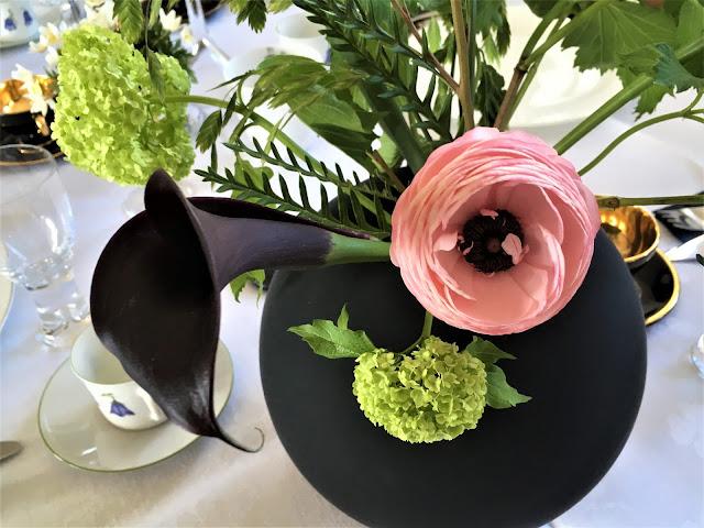 Borddekking - Tips til vakre blomster på bursdagsbordet - Svart vase med kala og ranunkler