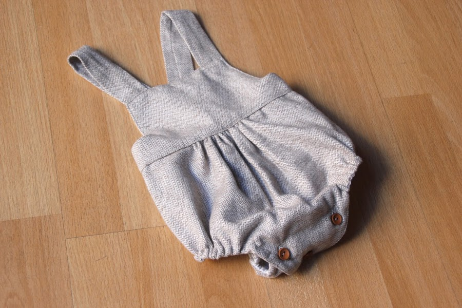 DIY Tutorial y patrones de ropa para bebes. Como hacer peto bebe