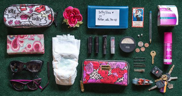 """[FotografiA] """"In Her Handbag"""", la borsa delle donne: il progetto fotografico di Sarah Benton"""