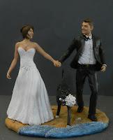 statuette sposi tema mare torta nuziale cane bouquet orme magiche