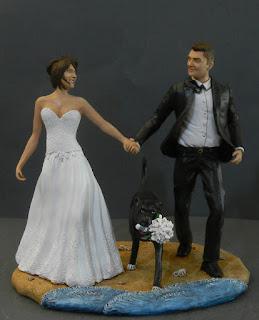 Statuine torta nuziale sposi camminano in spiaggia con cane orme magiche