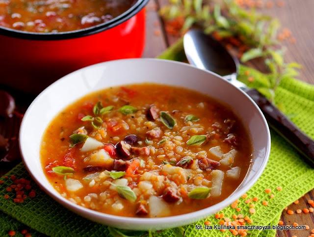 zupa z czerwoną soczewicą, zupy jesienne, kartoflanka z soczewicą, zupa jarzynowa z soczewicą, soczewica czerwona, danie jednogarnkowe, obiad, wiejska zupa z kiełbasą