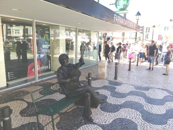 Estátua Viva Guilherme Ferreira trouxe John Lennon e os Beatles à baixa de Cascais