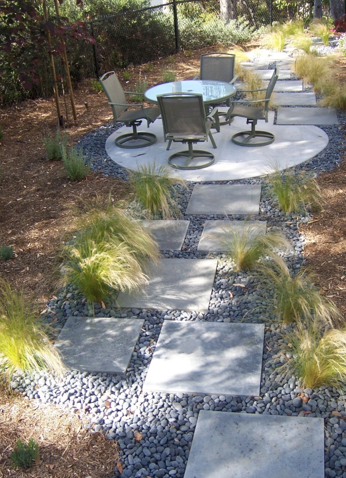 modern landscape design with stepping stone | The 2 Minute Gardener: Photo - Modern Stepping Stone Pathway