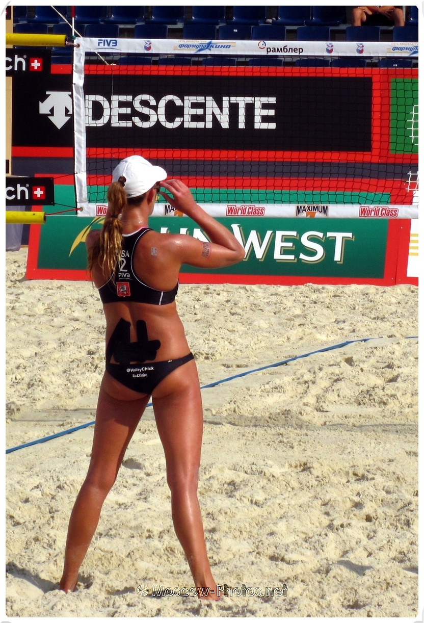 BEACH VOLLEYBALL GIRL POSTURE