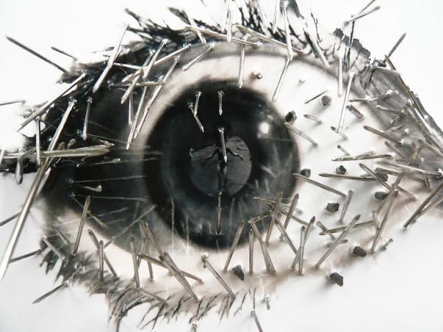 38 yeux reflètent des évènements du XXe siècle. Cet oeil reflète une fillette brulée au napalm