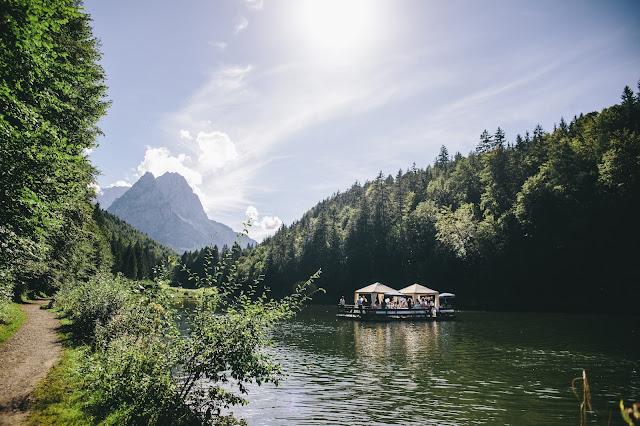 Riessersee-Floss, Trachtenhochzeit in den Bergen von Bayern, Riessersee Hotel Garmisch-Partenkirchen, Wedding in Bavaria
