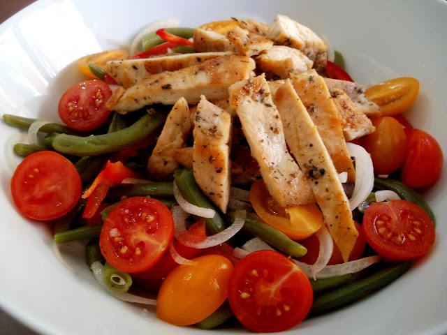 Ensalada de habichuelas verdes con pollo y tomates cherry