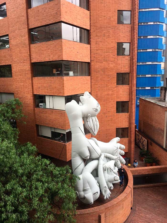 """Obra presente en la Sociedad Colombiana de Arquitectos Artistas : Omar Valbuena y Carlos A. Macías Aliento es una escultura blanda de gran formato, que resulta de una adaptación al lenguaje tridimensional, de la obra de Pablo Picasso: """"El Guernica""""."""