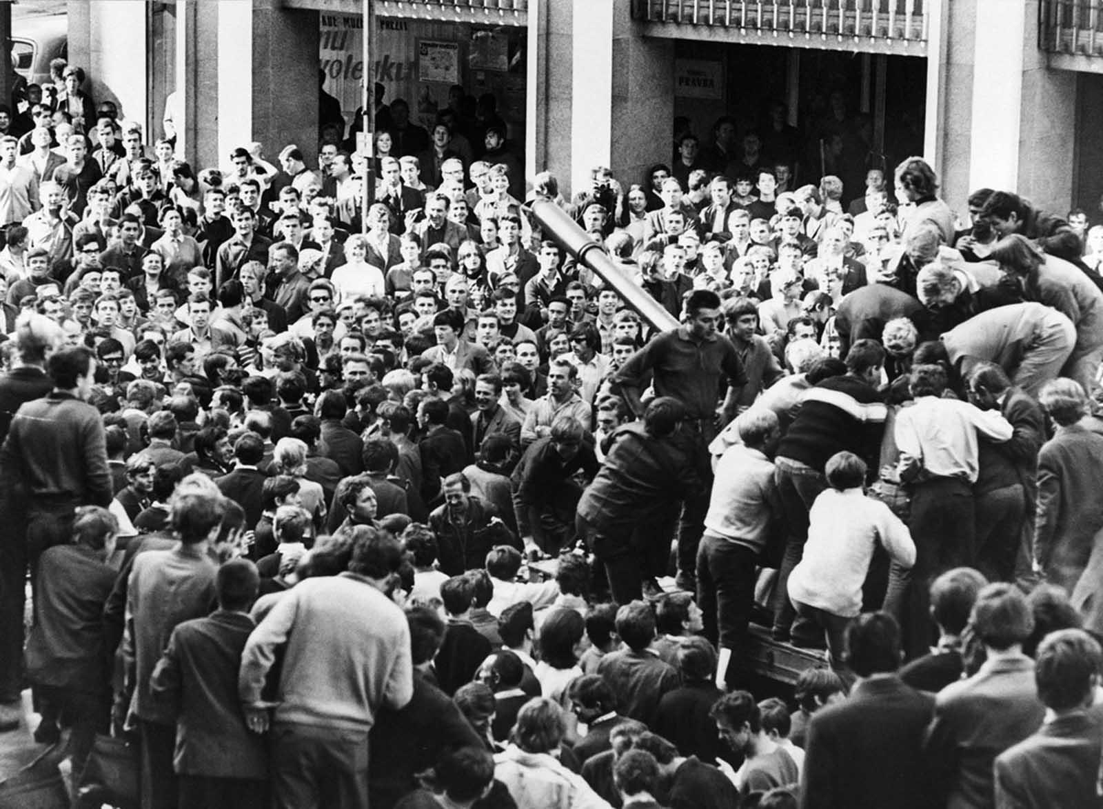 Los ciudadanos enojados rodean un tanque soviético y suben a su torreta para burlarse de la tripulación en Bratislava, Checoslovaquia, el 22 de agosto de 1968.