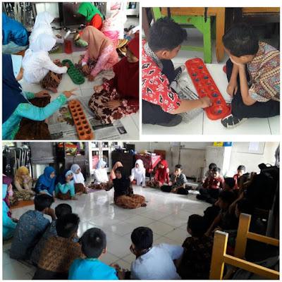 "Memperingati hari Kartini dengan tema ""Kampung dolananku ono ing kelas""."