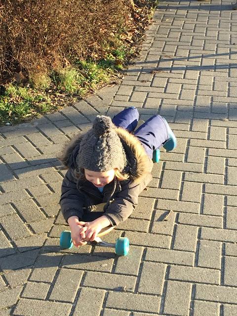Jannes fährt Skateboard